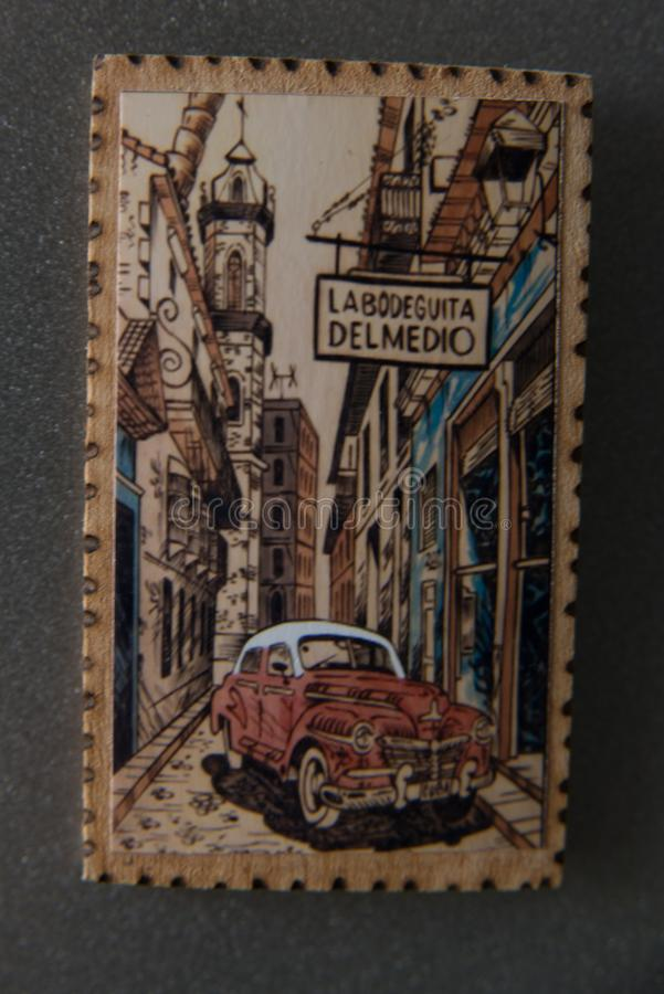 Сувенир для туристов от Кубы Деревянный магнит с ландшафтом и ретро автомобилем стоковые изображения rf
