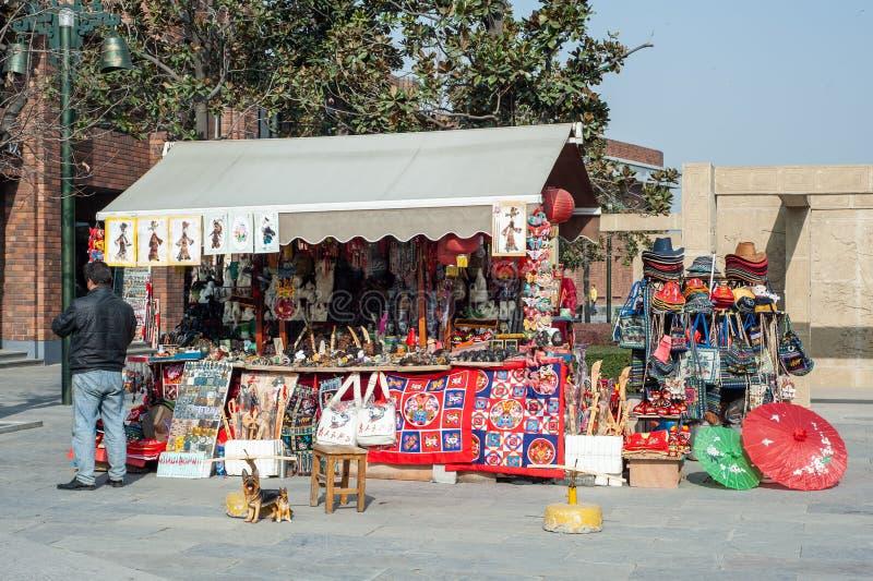 Сувенир и туристы подарков ходят по магазинам в XI `, Китае стоковое изображение