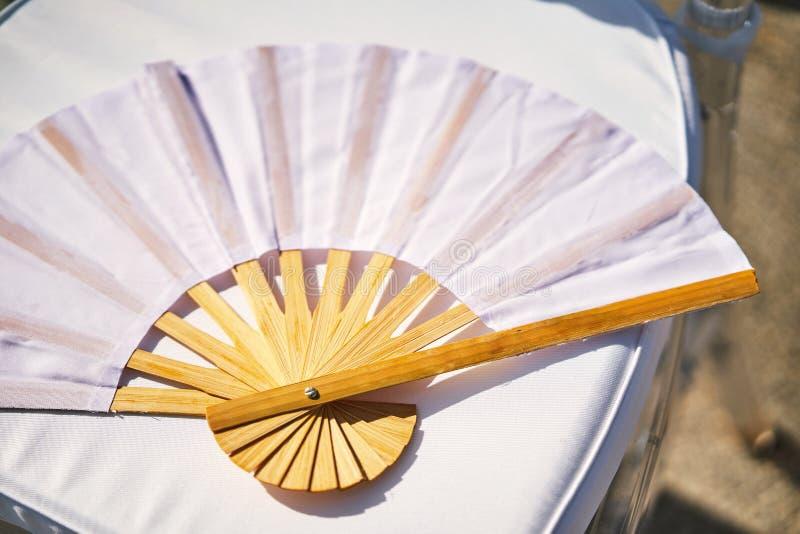 Сувенир китайского стиля вентилятора белой бумаги бамбуковый деревянный складывая для wedding стоковая фотография