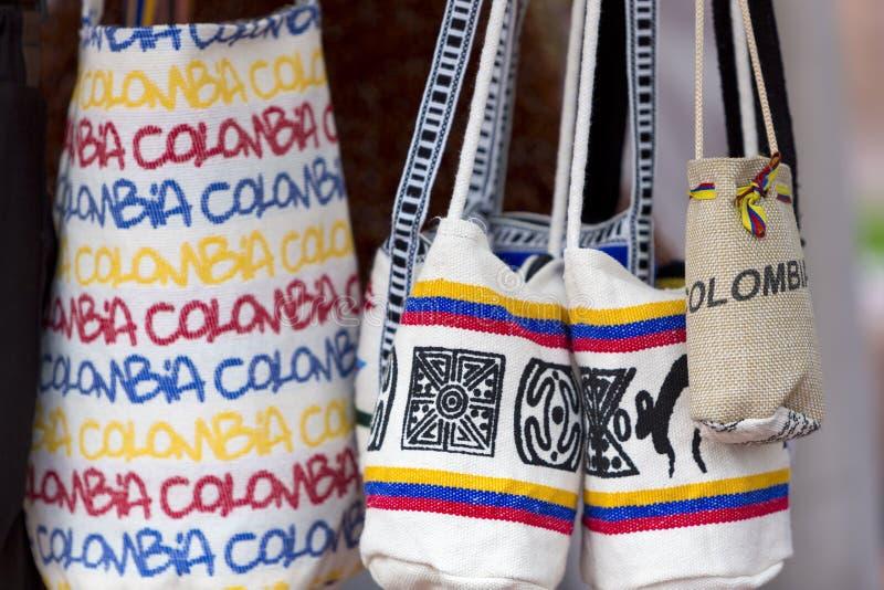 Сувенир кладет в мешки для продажи в туристском рынке, Боготе - Колумбии стоковые фото