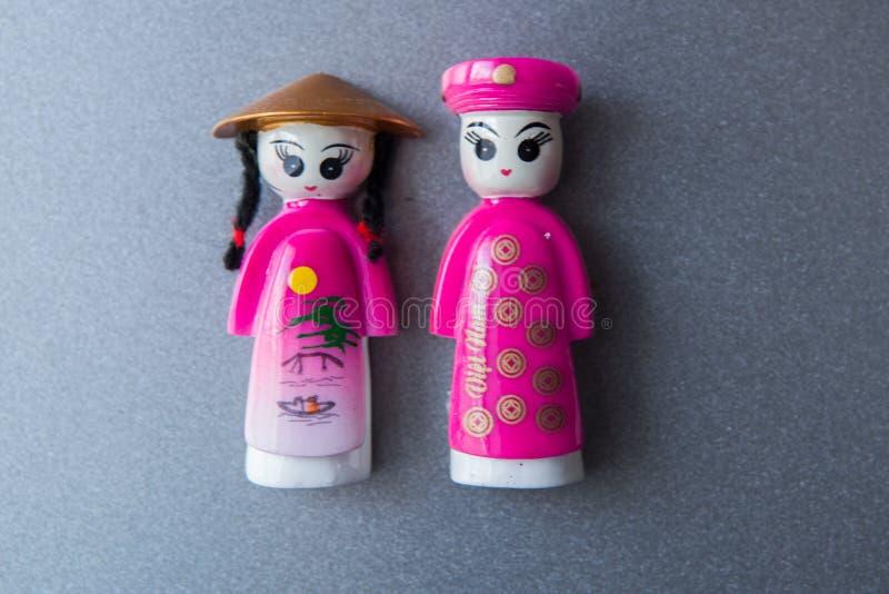 Сувенир от Вьетнама для туристов на рынке Магнит в форме людей и женщин в традиционных одеждах стоковое фото rf