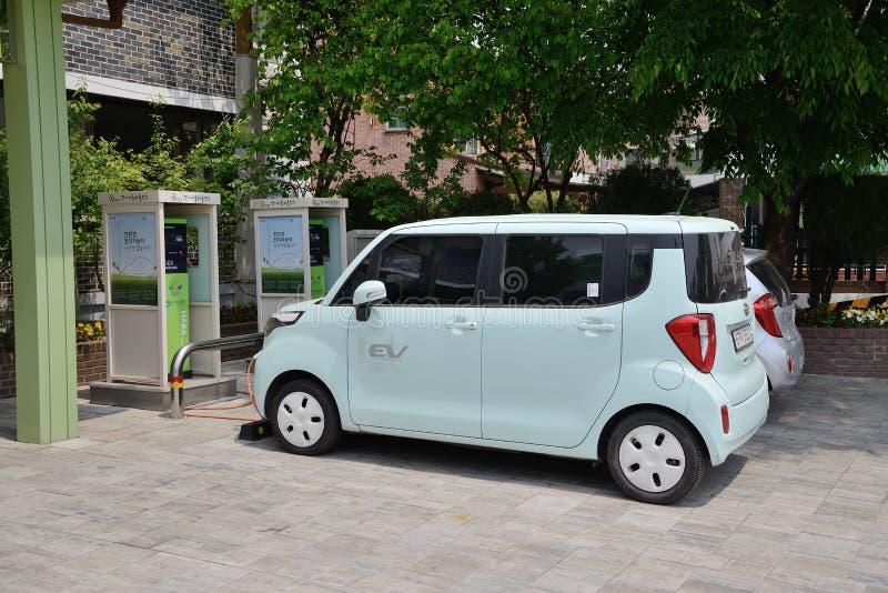 СУВОН, КОРЕЯ - 2-ОЕ МАЯ 2014: электрический автомобиль и зарядная станция стоковые фото