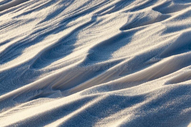 Сугробы, поле в зиме стоковая фотография