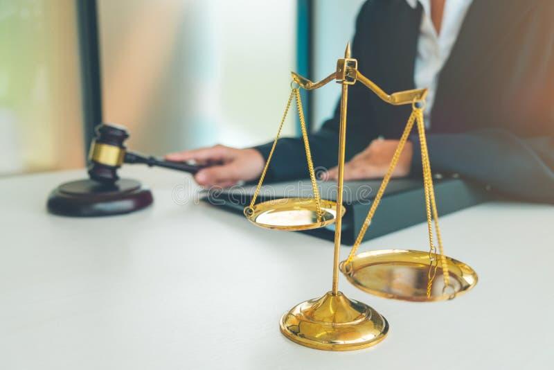 Судите молоток с юристами правосудия, коммерсанткой в костюме или lawye стоковая фотография rf