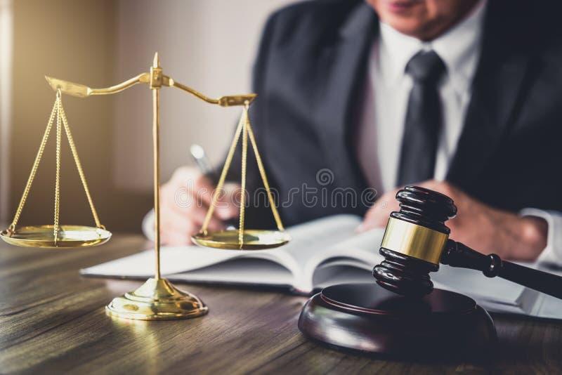 Судите молоток с юристами правосудия, молоток на деревянном столе и Coun стоковые изображения