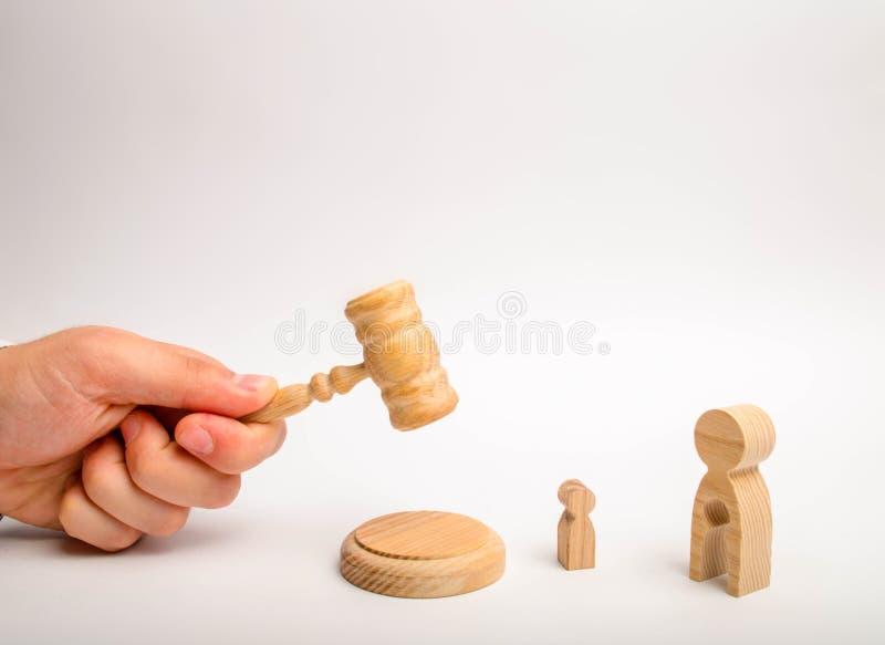 Судите попытки для того чтобы ударить с молотком и представить вердикт над диаграммой женщины с свободным пространством в форме р стоковое фото rf
