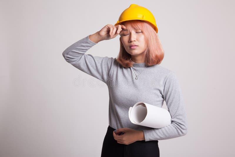 Судить за азиатская женщина инженера с светокопиями стоковые фотографии rf