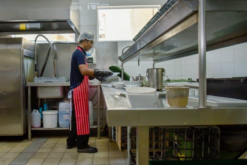 Судомойка на кухне стоковые изображения