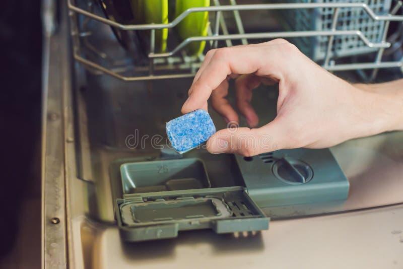 Судомойка с пакостными тарелками Порошок, таблетка dishwashing и помощь rinse Моя тарелки в кухне стоковое изображение