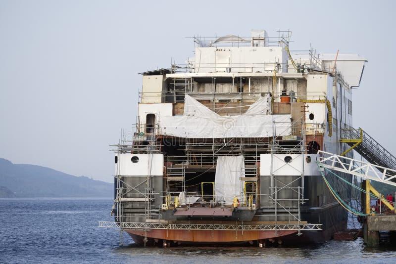 Судостроение в гаван гавани гавани дока ремонтины судостроения Глазго и поле зеленой травы стоковое изображение rf