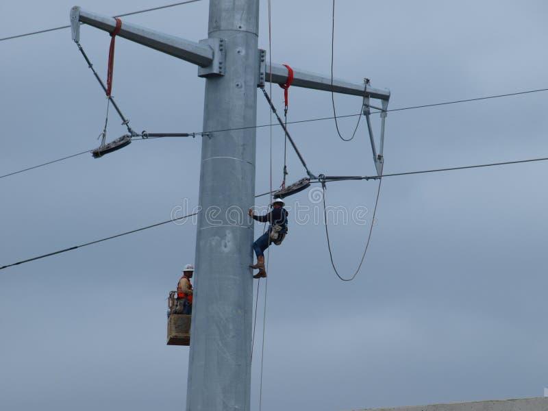 Судьи на линии работают на высоковольтных линиях стоковое фото rf