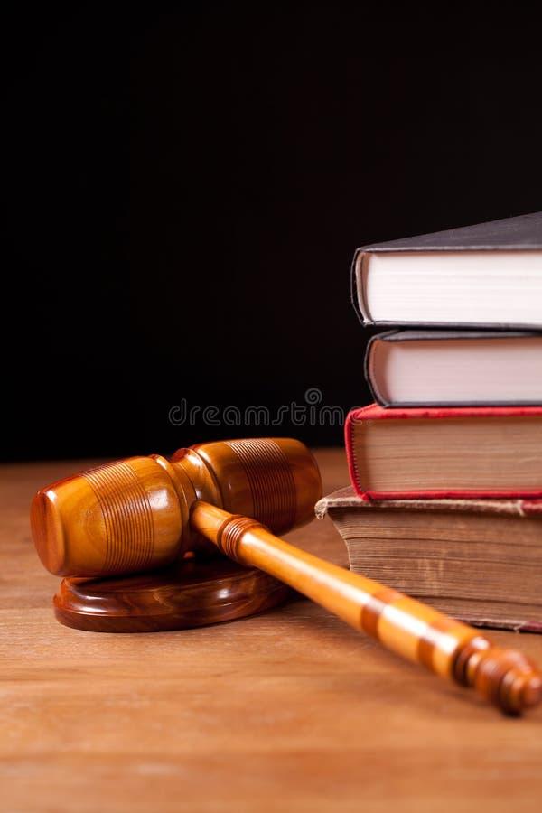 судья gavel книг стоковое изображение