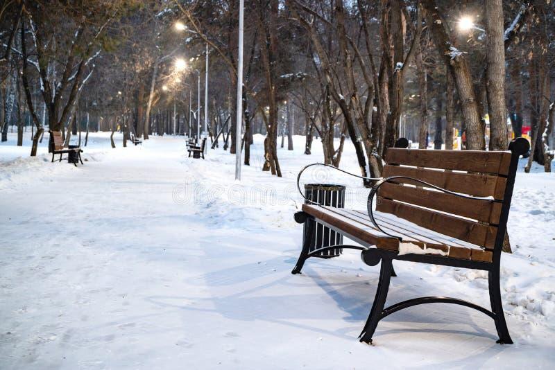 Суд с парком в зиме вокруг много снега стоковые изображения rf