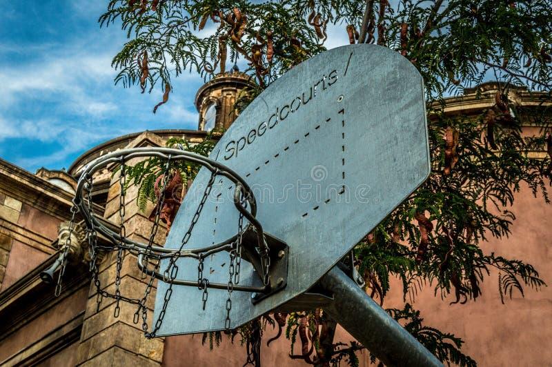 Суд улицы цепей баскетбола в парке Барселоны стоковое фото