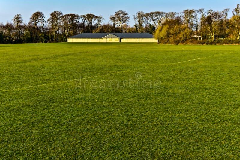 Суд футбола с дневним временем зеленой травы пустым стоковые изображения