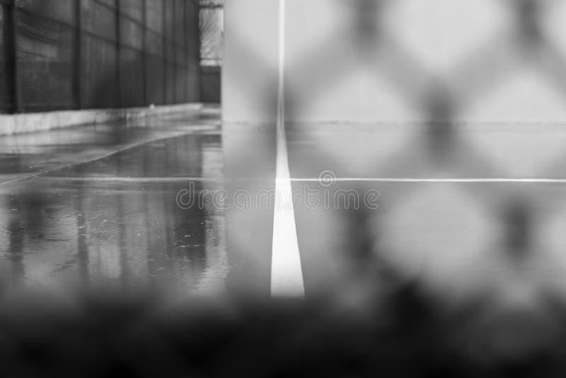 Суд шарика на дождливый день, в районе Williams Нью-Йорка в Бруклине, в черно-белом стоковое фото