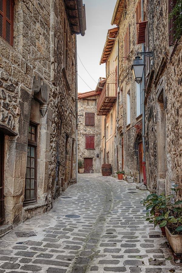 Сужайте мощенные булыжником улицы в старой деревне Франции стоковые фотографии rf