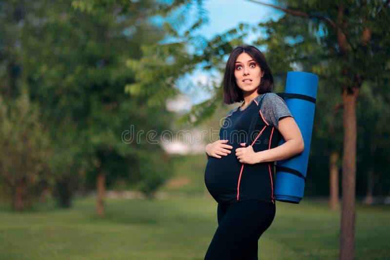 Сужения беременной женщины чувствуя после работать стоковые фотографии rf