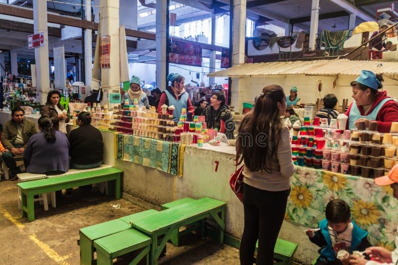 СУКРЕ, БОЛИВИЯ - 21-ОЕ АПРЕЛЯ 2015: Местные люди сидят на закусочных на рынке в Сукре, Boliv стоковые изображения rf