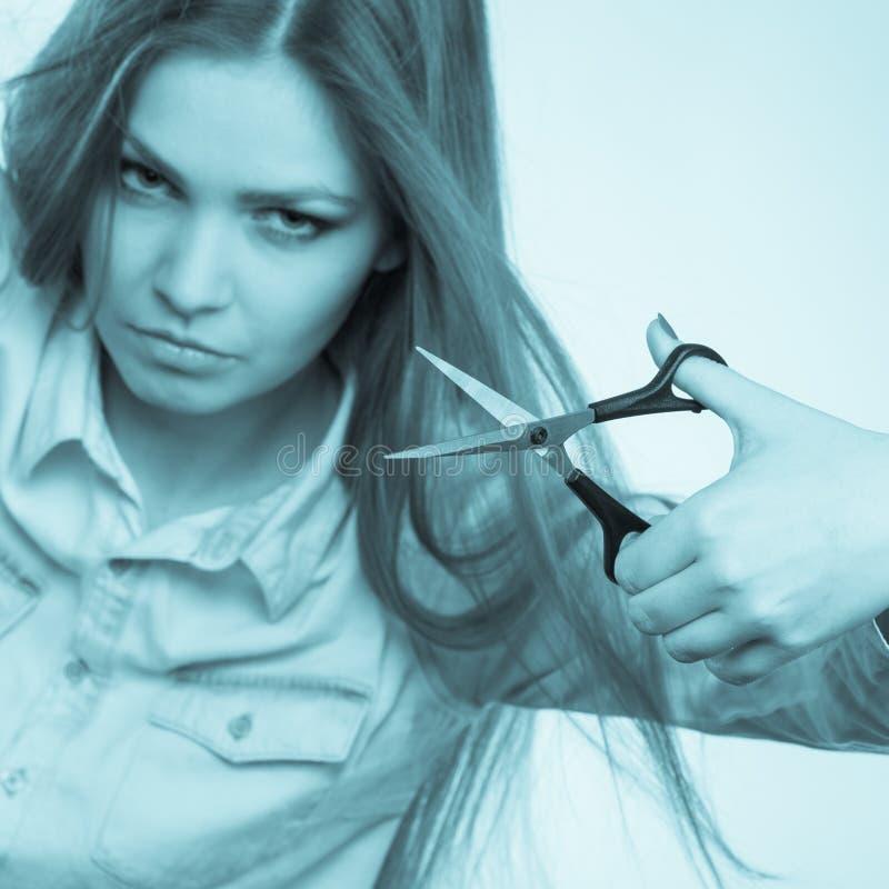 Сумасшедшая девушка с ножницами Парикмахер в действии стоковые фото