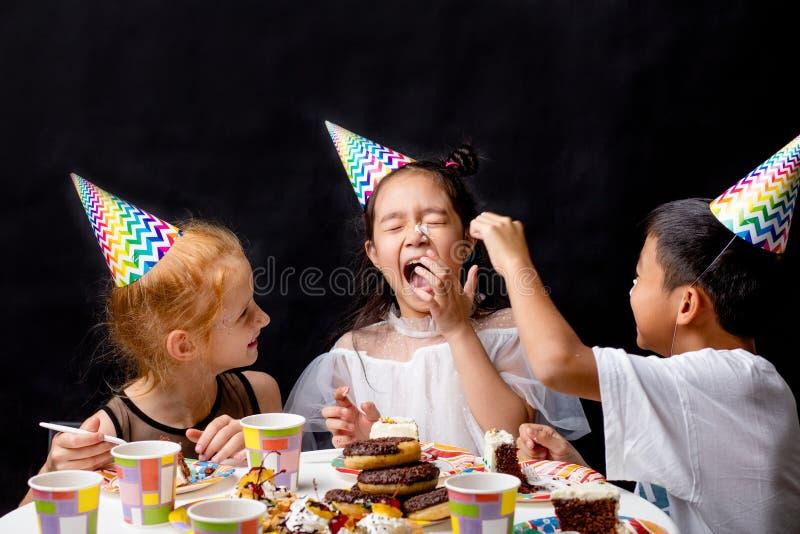 Сумасшедшие дети распространяют торт на носе стоковые фотографии rf