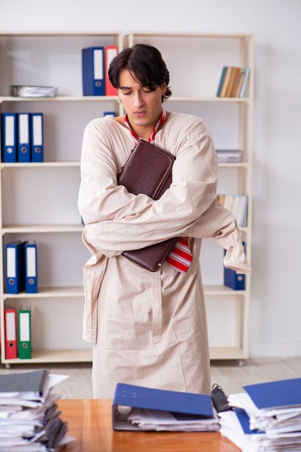 Сумасшедший молодой человек в смирительной рубашке на офисе стоковая фотография rf