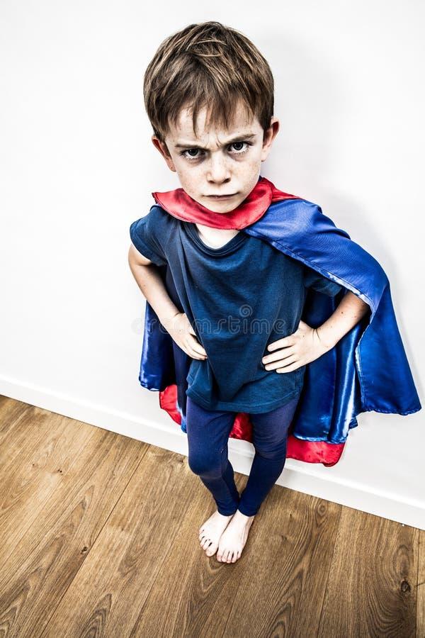 Сумасшедший супергероинь возмущен дискредитирующим образованием, контрастным эффектом стоковые изображения rf