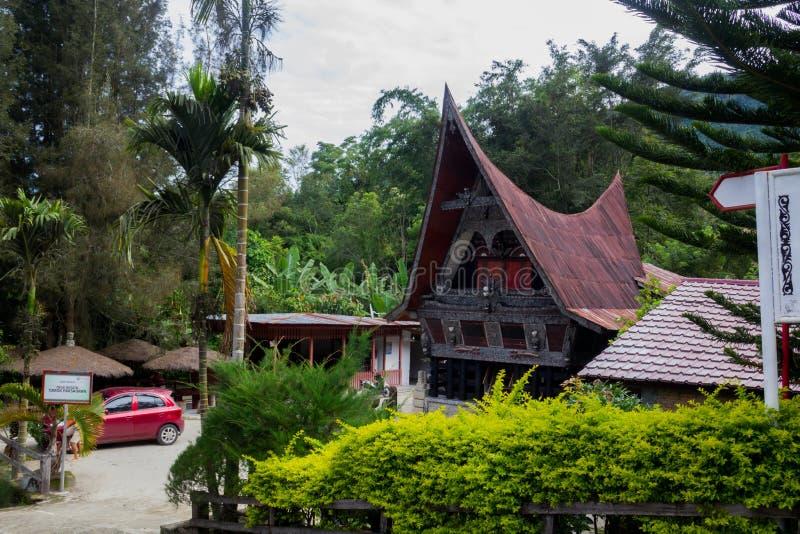 СУМАТРА, ИНДОНЕЗИЯ - 16 SEPTEMBE 2017: Этнический традиционный дом Batak в озере Toba Суматры Индонезии стоковые фото