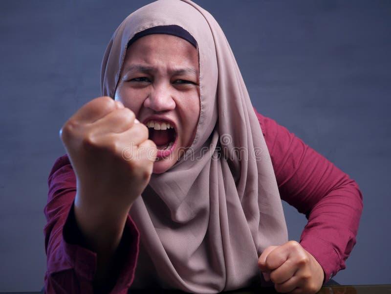Сумашедшая сердитая коммерсантка показывает грубый жест стоковые изображения