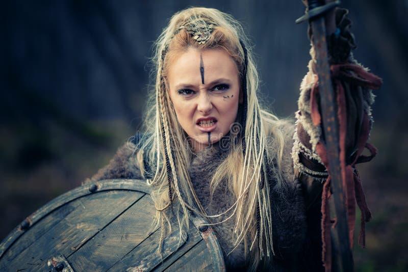 Сумашедший яростный воин женщины Викинга в нападении Sward и экран r Обложка книги стоковое фото rf