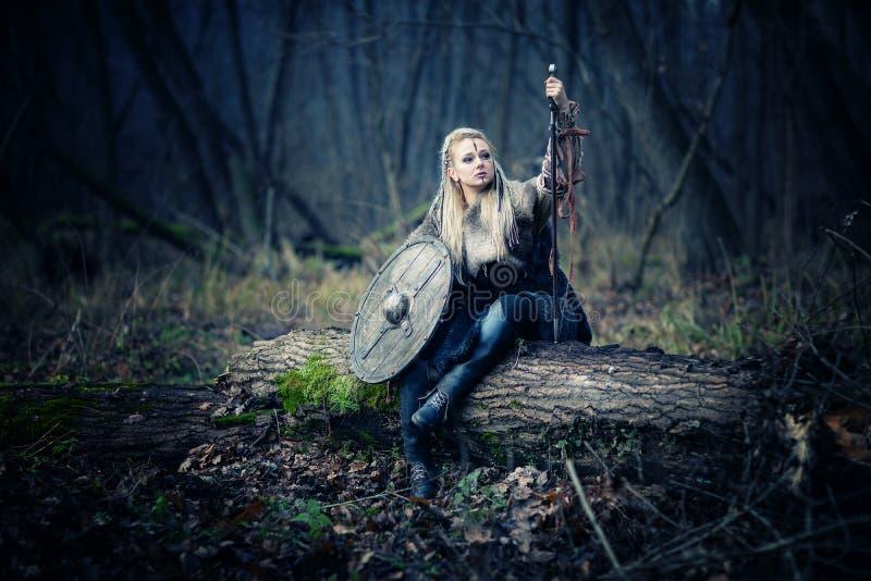 Сумашедший яростный воин женщины Викинга Sward и экран Обложка книги стоковая фотография rf