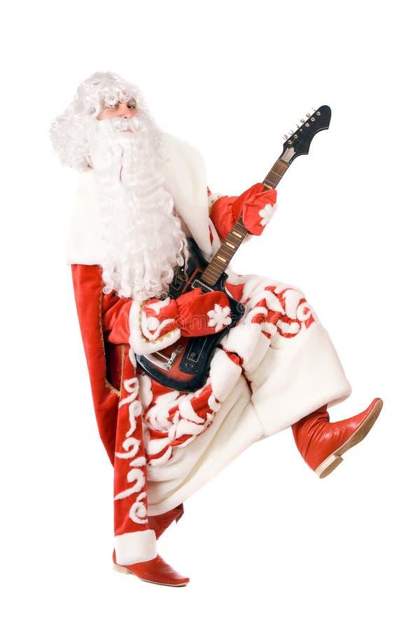 Игры Ded Moroz на сломленной гитаре. Изолировано стоковое фото