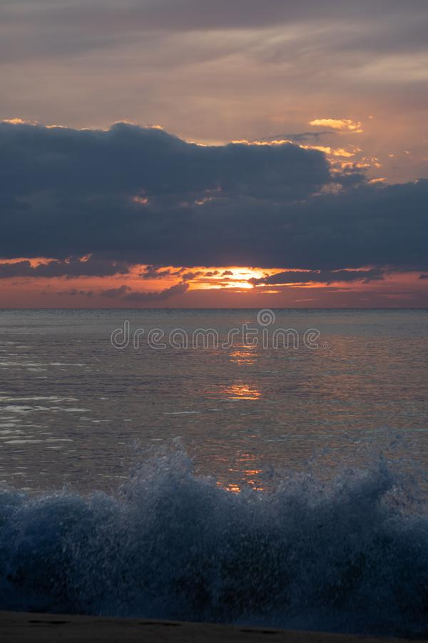 Сумерки захода солнца на небе моря красивом в Андаманском острове, Таиланде стоковые фото