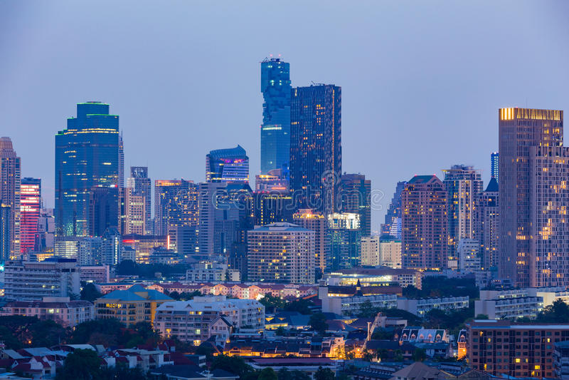 Сумерк, башня офисного здания города освещает взгляд ночи стоковая фотография rf