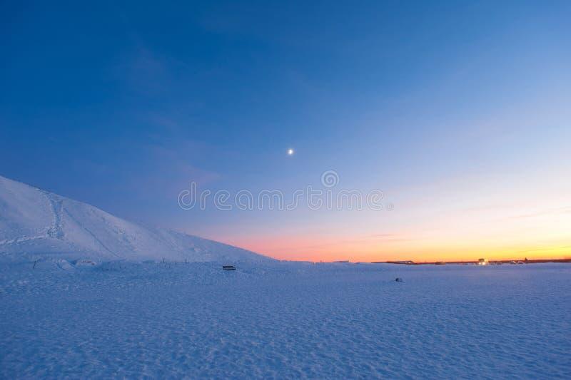 Сумерк с простым снегом в южной Исландии стоковые фото