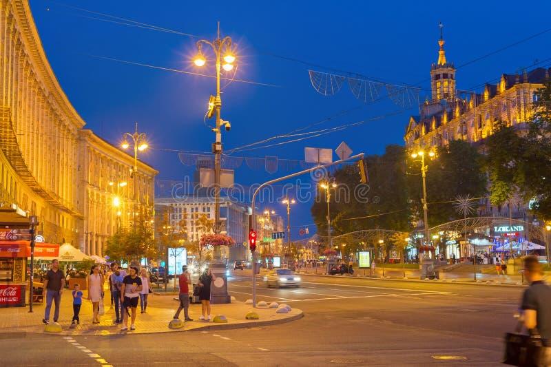 Сумерк Khreshchatyk Киева улицы людей стоковое фото rf