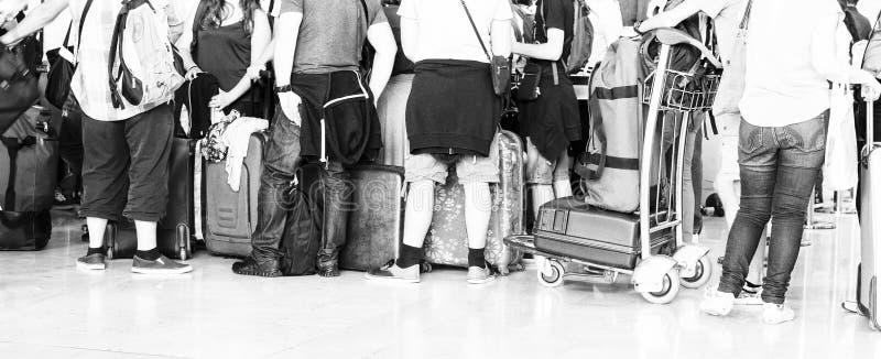 Сумка багажа чемодана женщины идя на вагонетке в аэропорте Светотеневое изображение стоковые фотографии rf