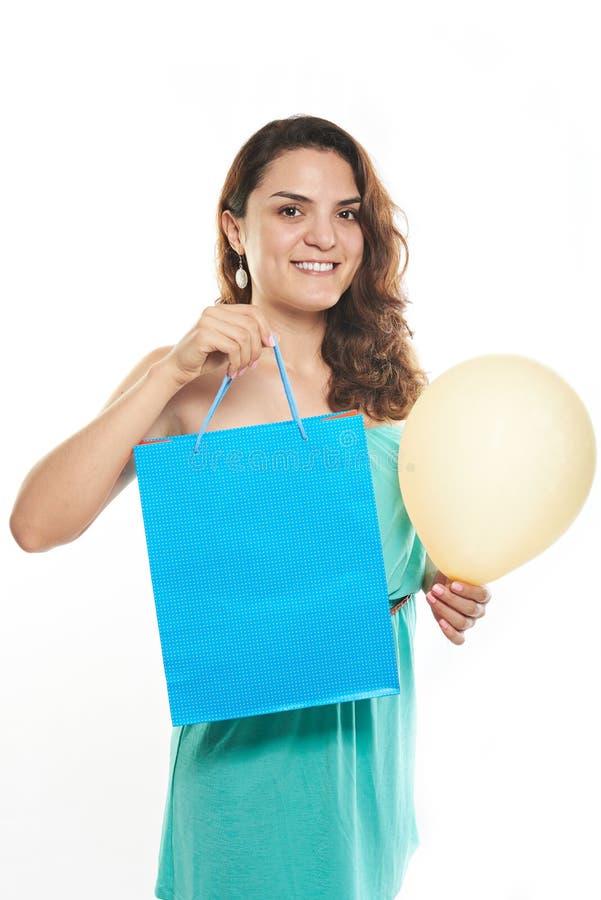 Сумка владением девушки с подарком стоковые фото