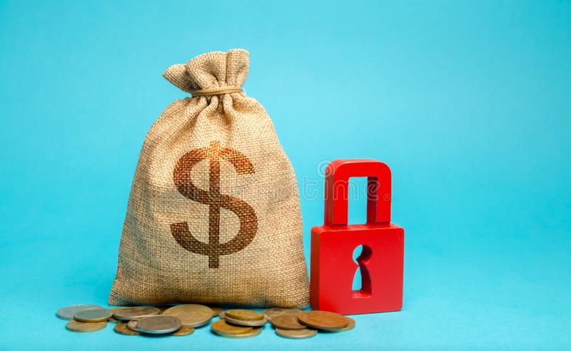 Сумка денег и красный замок Концепция страхования финансовых рисков Гарантия и сбережения инвестиций наличностью Обслуживания рын стоковые фотографии rf