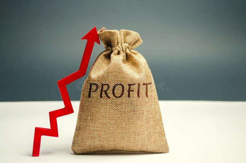 Сумка денег с выгодой слова и поднимающей вверх стрелкой Концепция успеха в бизнесе, финансового роста и богатства Увеличьте выго стоковое фото rf
