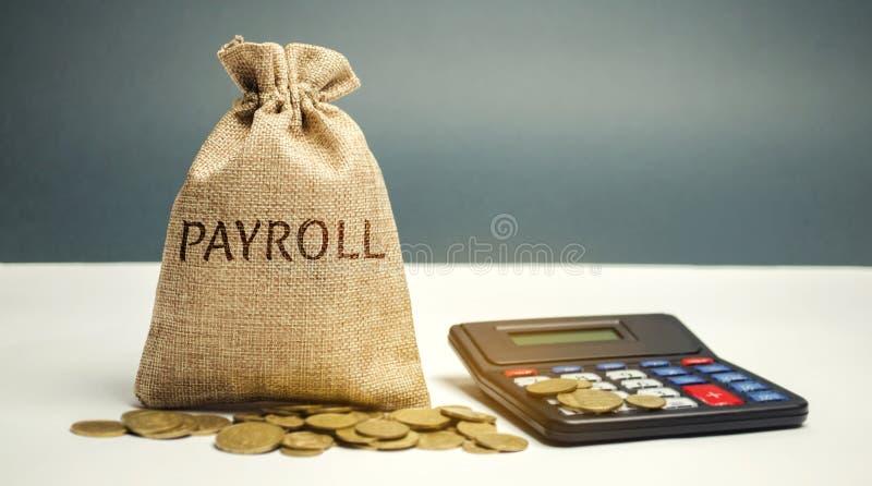 Сумка денег с зарплатой и калькулятором слова Зарплата суммарный итог всей компенсации дело должно оплатить к своим работникам стоковое изображение