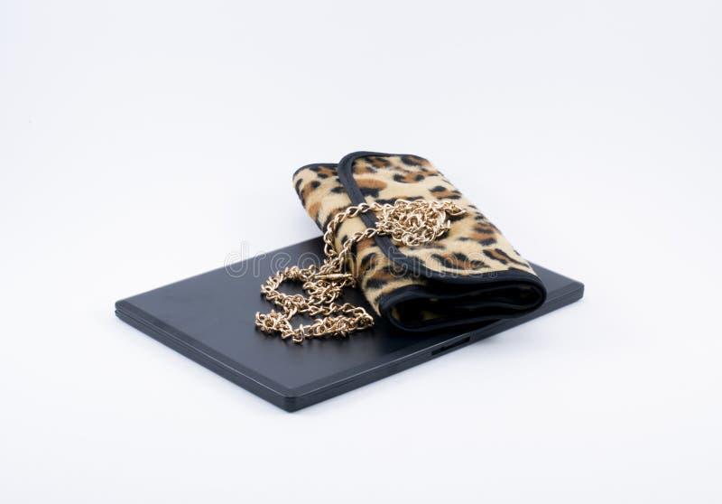Сумка леопарда состава и золотая цепь стоковая фотография