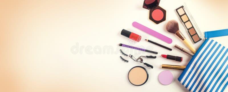 сумка косметик с группой в составе составляет продукты Взгляд сверху стоковое изображение rf