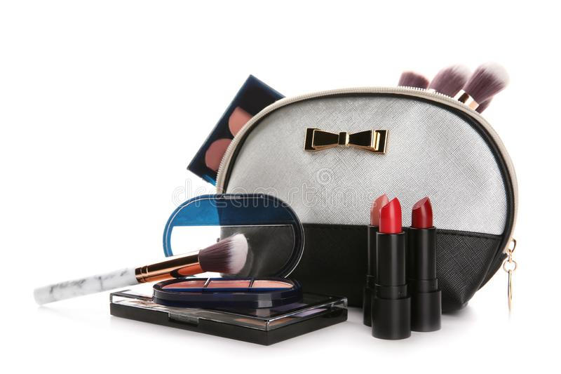 Сумка макияжа и набор декоративных косметик на белой предпосылке стоковое изображение rf