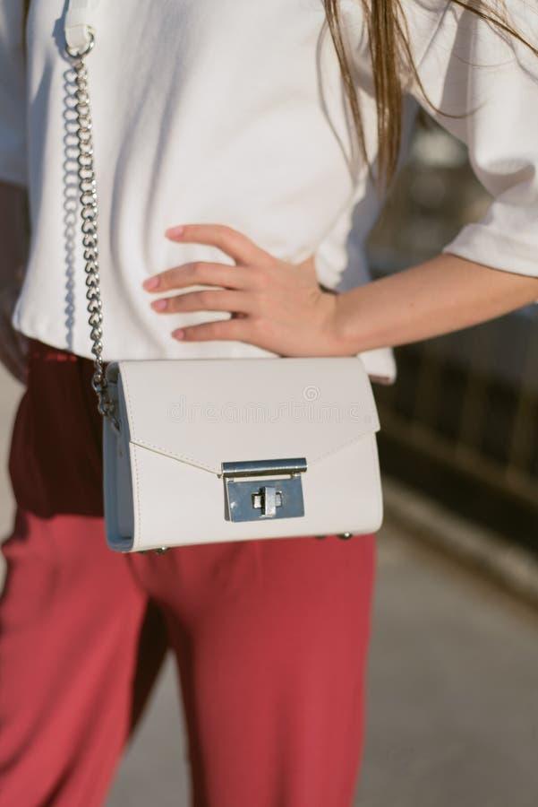 сумка на девушке стоковые изображения