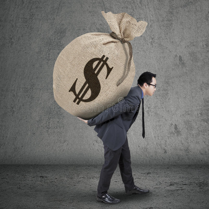 Сумка нося денег молодого менеджера стоковые фотографии rf