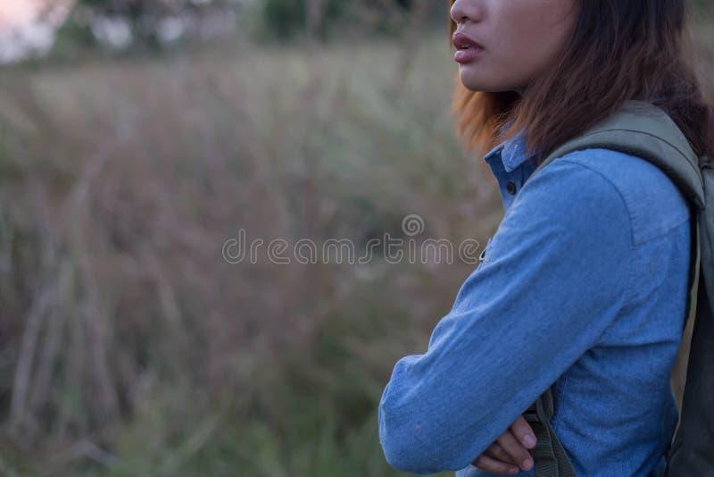 Сумка нося женщины путешественников в заходах солнца поля стоковые изображения