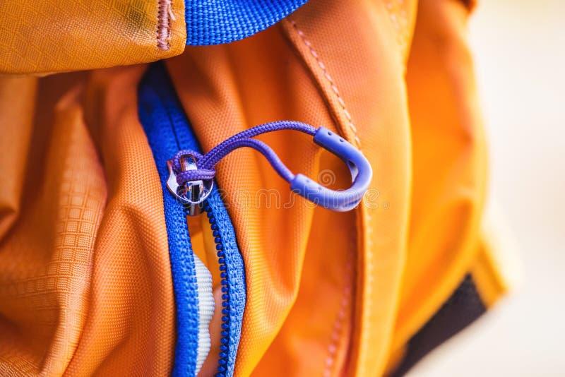 Сумка перемещения Замок застежка-молнии на рюкзаке желтом стоковые фотографии rf