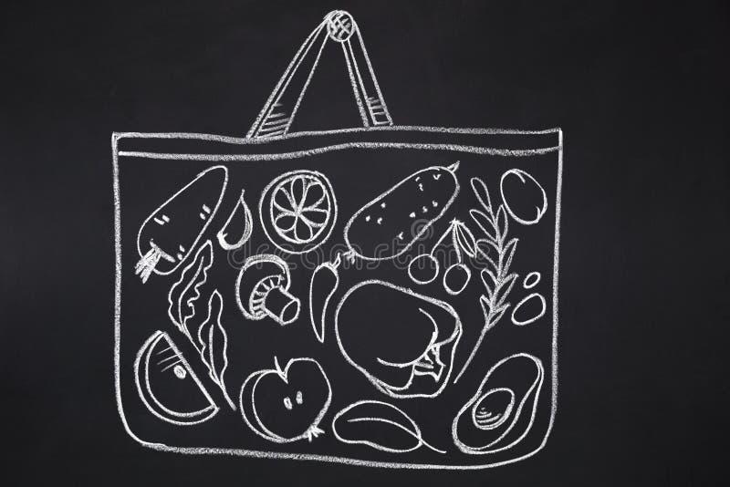 Сумка при овощи нарисованные на доске мела стоковая фотография