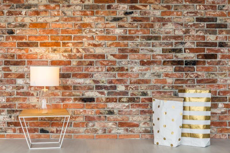 Сумки кирпичной стены и подарка стоковая фотография rf